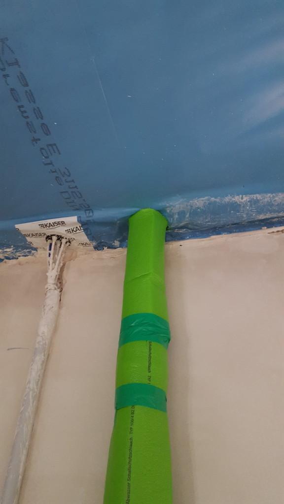 Das linke ist übrigens unsere mühevoll uns professionell angebrachte Kabeldurchführung für die Sat-Kabel. Das Rohr rechts nebendran sieht weniger schön abgedichtet aus. Hoffentlich bleibt das auch dicht!