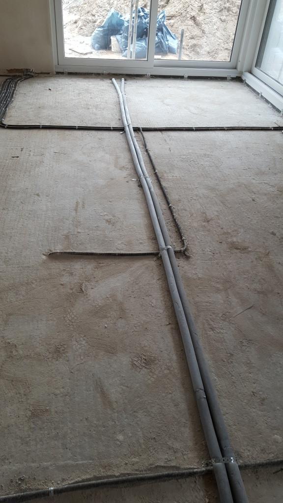 Kaltwasserleitung direkt vom Zähler im Keller ins Erdgeschoss geführt. Nicht durch den Keller? So spart man Leitung.